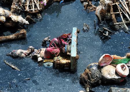 વિસર્જન પછી વેરવીખેરે પડેલી ગણેશજીની મૂર્તિઓ (ફોટો-એએફપી)