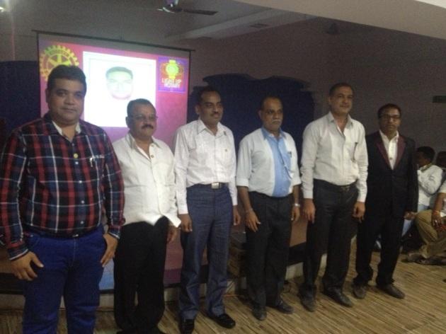 રોટરી ક્લબ ઓફ ઉમરેઠના પદગ્રહન વિધિ સમારોહ નિમિત્તે નગરન શ્રી સરસ્વતી શીશુ વિદ્યાલય સ્કૂલ ખાતે વૃક્ષારોપણ કરવામાં આવ્યું હતુ આ સમયે રો.આશીષભાઈ અજમેરા(ડી.જી) પ્રમુખ સંદિપભાઈ શાહ, ર્ડો.નિરવભાઈ શાહ સહીત રોટરી ક્લબના સભ્યો ઉપસ્થિત રહ્યા હતા.
